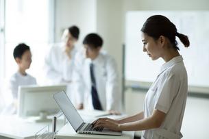 ノートPCを操作する女性看護師の写真素材 [FYI04930551]