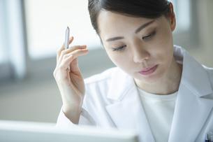 PCを操作する女医の写真素材 [FYI04930560]