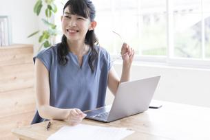 笑顔で仕事をするビジネスウーマンの写真素材 [FYI04930605]