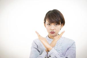 女性・外国人(拒否・禁止・バツ)ポーズの写真素材 [FYI04932529]