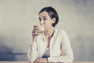 アルコール飲料(お酒・ハイボール・ウィスキー)を飲む女性の写真素材 [FYI04933343]