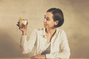 アルコール飲料(お酒・ハイボール・ウィスキー)を飲む女性の写真素材 [FYI04933346]