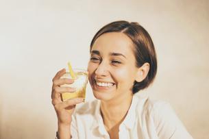 アルコール飲料(お酒・ハイボール・ウィスキー)を飲む女性の写真素材 [FYI04933351]