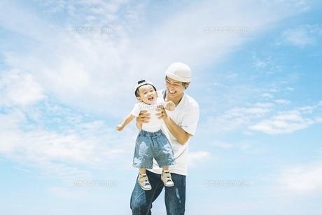 屋外で仲良しな親子の写真素材 [FYI04933848]