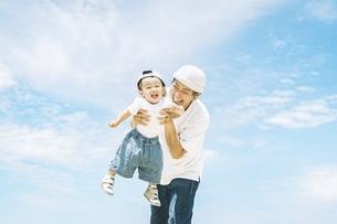 屋外で仲良しな親子の写真素材 [FYI04933853]