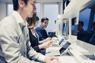 実験室でパソコンで仕事をする人々の写真素材 [FYI04934392]