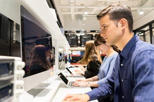 実験室でパソコンで仕事をする人々の写真素材 [FYI04934393]