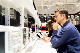 実験室でパソコンで仕事をする人々の写真素材 [FYI04934394]