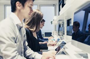 実験室でパソコンで仕事をする人々の写真素材 [FYI04934395]