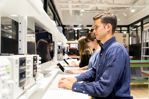 実験室でパソコンで仕事をする人々の写真素材 [FYI04934396]