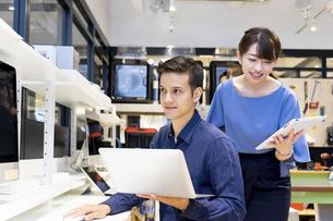 実験室でパソコンで仕事をする人々の写真素材 [FYI04934398]