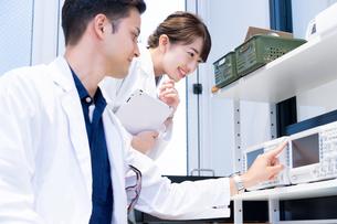 実験室で研究開発・解析・調査をする白衣の男性と女性の写真素材 [FYI04934408]