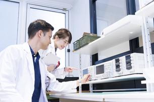実験室で研究開発・解析・調査をする白衣の男性と女性の写真素材 [FYI04934410]