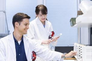 実験室で研究開発・解析・調査をする白衣の男性と女性の写真素材 [FYI04934412]