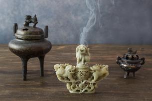 木製のテーブルに置かれた三基の香炉の写真素材 [FYI04934959]