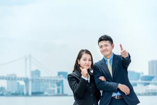 ガッツポーズをする男女(ビジネスイメージ)の写真素材 [FYI04935149]