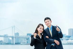 ガッツポーズをする男女(ビジネスイメージ)の写真素材 [FYI04935152]