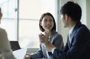 会議室で打合せをする男女の写真素材 [FYI04935512]