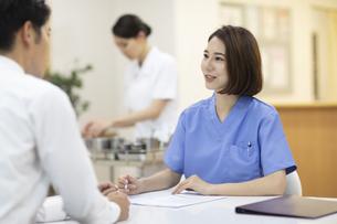 患者のカウンセリングを行う女医の写真素材 [FYI04935516]