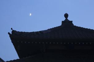 鎌倉本覚寺と三日月の写真素材 [FYI04935837]