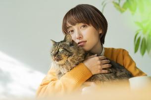 猫とくつろぐ女性の写真素材 [FYI04936948]