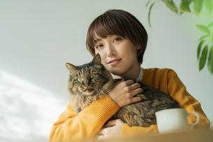 猫とくつろぐ女性の写真素材 [FYI04936950]