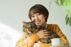猫とくつろぐ女性の写真素材 [FYI04936951]