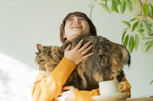 猫とくつろぐ女性の写真素材 [FYI04936952]