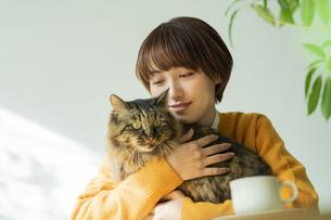 猫とくつろぐ女性の写真素材 [FYI04936953]