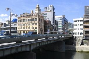 四条大橋と鴨川沿いの建物の写真素材 [FYI04937634]