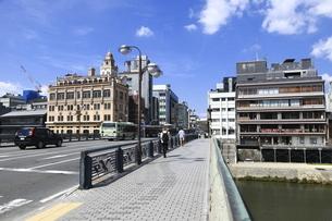四条大橋と鴨川沿いの建物の写真素材 [FYI04937636]