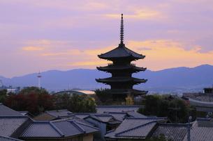 八坂の塔と秋の夕暮れの写真素材 [FYI04937660]