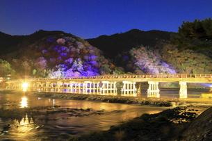 嵐山花灯路の渡月橋の写真素材 [FYI04937667]