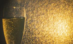 シャンパンと光の背景の写真素材 [FYI04938695]