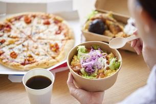 フードデリバリー食を食べる女性の手元の写真素材 [FYI04938835]