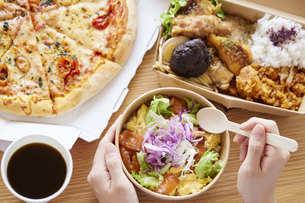 フードデリバリー食を食べる女性の手元の写真素材 [FYI04938837]