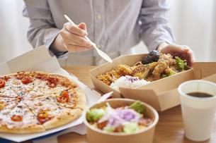 フードデリバリー食を食べる女性の手元の写真素材 [FYI04938838]