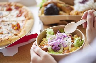 フードデリバリー食を食べる女性の手元の写真素材 [FYI04938839]