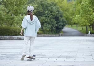 スケートボードと日本人女性の写真素材 [FYI04938840]