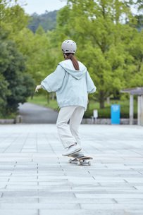 スケートボードと日本人女性の写真素材 [FYI04938841]