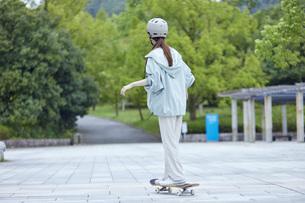 スケートボードと日本人女性の写真素材 [FYI04938842]
