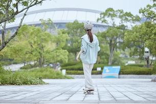 スケートボードと日本人女性の写真素材 [FYI04938843]