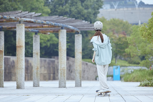 スケートボードと日本人女性の写真素材 [FYI04938844]