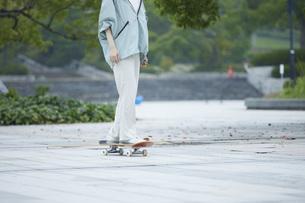 スケートボードと日本人女性の写真素材 [FYI04938845]