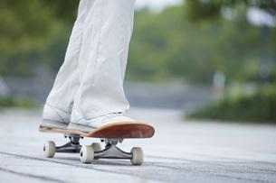 スケートボードと日本人女性の写真素材 [FYI04938847]