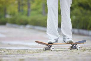 スケートボードと日本人女性の写真素材 [FYI04938848]