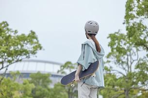 スケートボードと日本人女性の写真素材 [FYI04938851]