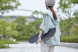 スケートボードと日本人女性の写真素材 [FYI04938852]