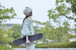 スケートボードと日本人女性の写真素材 [FYI04938853]