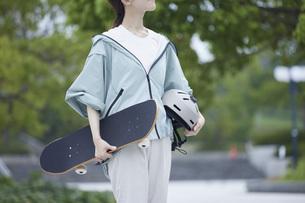 スケートボードと日本人女性の写真素材 [FYI04938854]